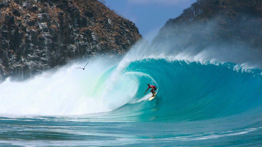 As 10 Melhores PraiasBrasileiras ParaSurfar- Cacimba do Padre (Fernando de Noronha, Pernambuco)