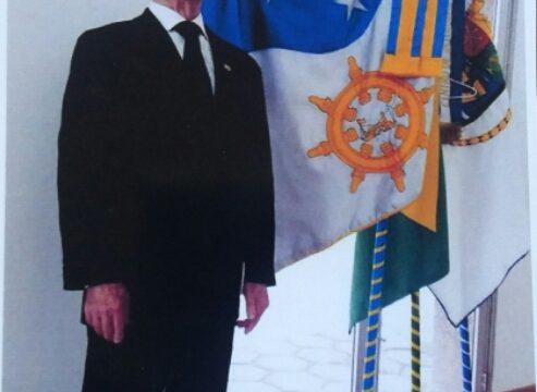 O Comodoro Alvaro José de Almeida Júnior com o recém-inaugurado estandarte da Marinha Mercante.