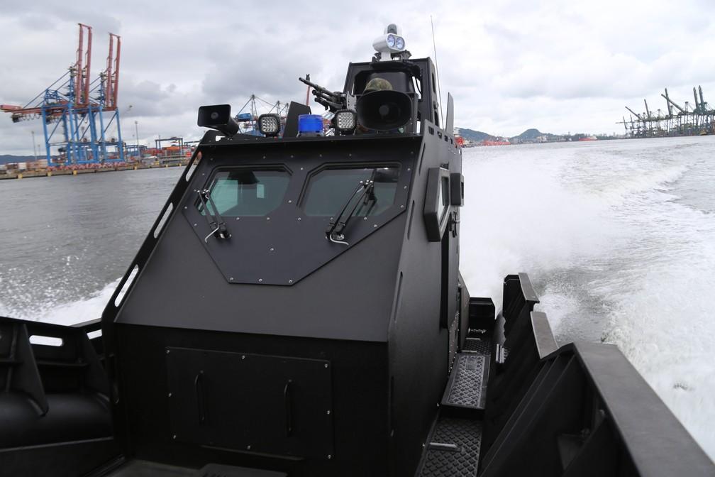 Lancha 'Mangangá', da Marinha do Brasil, está em operação no Porto de Santos, SP — Foto: José Claudio Pimentel/G1